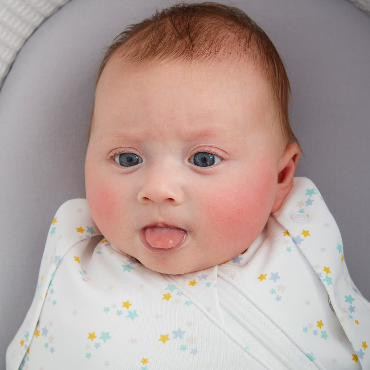 baby-in-sleepee-basket-wearing-stars-grosnug