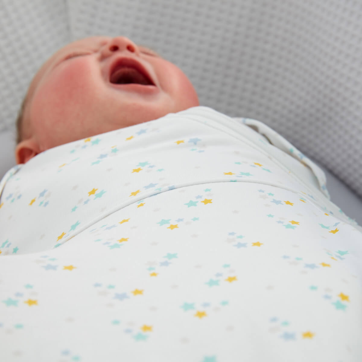 baby-yawning-in-cot-wearing-stars-grosnug