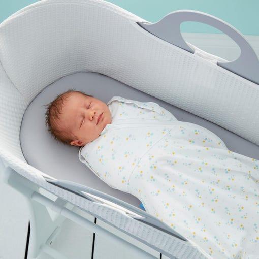 baby-in-grey-sleepee-basket-wearing-stars-grosnug