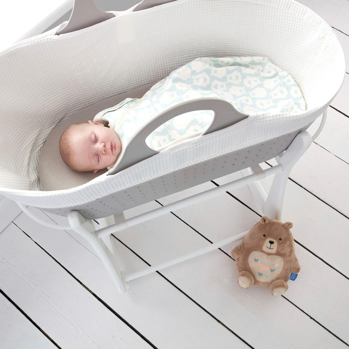baby-asleep-in-sleepee-basket-wearing-bennie-grosnug