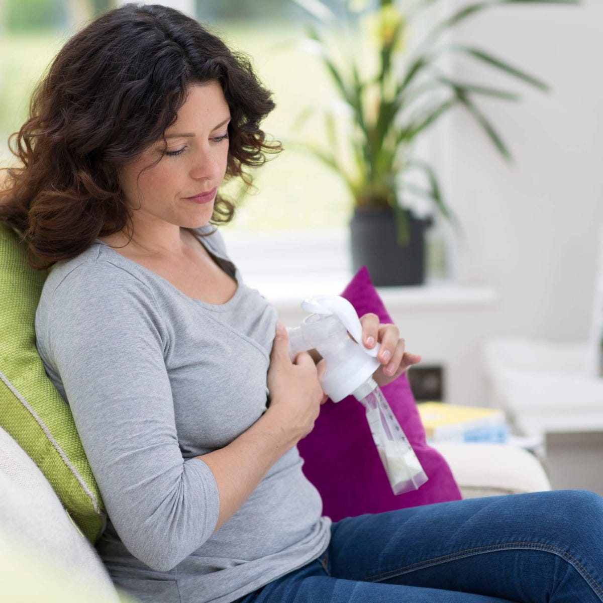 mum-expressing-using-breast-pump