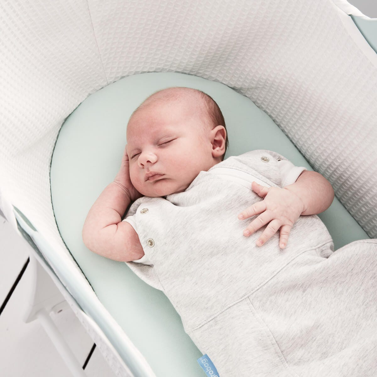 baby-asleep-in-sleepee-basket-wearing-grey-marl-grosnug